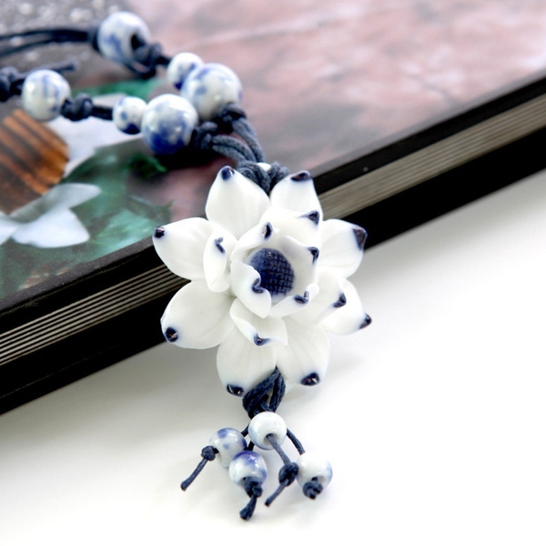 Porcelain necklace illustrated with a reversible hand-made lotus